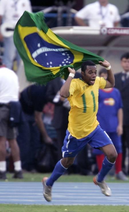 Robinho comemora o título de campeão da Copa América. O Brasil venceu a Argentina por 3 a 0 em jogo disputado no Estádio José Encarnación Romero, em Maracaibo, na Venezuela. Robinho foi eleito o melhor jogador do torneio Foto: Marcos Brindicci / Reuters