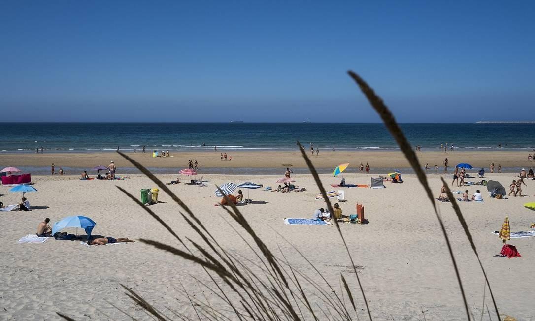 Praia de São Torpes, na cidade de Sines, é um popular destino entre surfistas na costa do Alentejo, em Portugal Foto: Daniel Rodrigues / The New York Times
