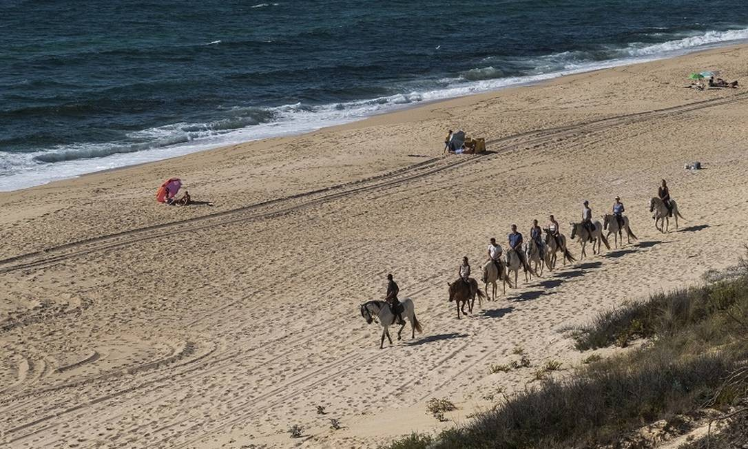 Passeio a cavalo na areia da Praia da Vigia, perto da Lagoa de Melides, na costa do Alentejo, em Portugal Foto: Daniel Rodrigues / The New York Times
