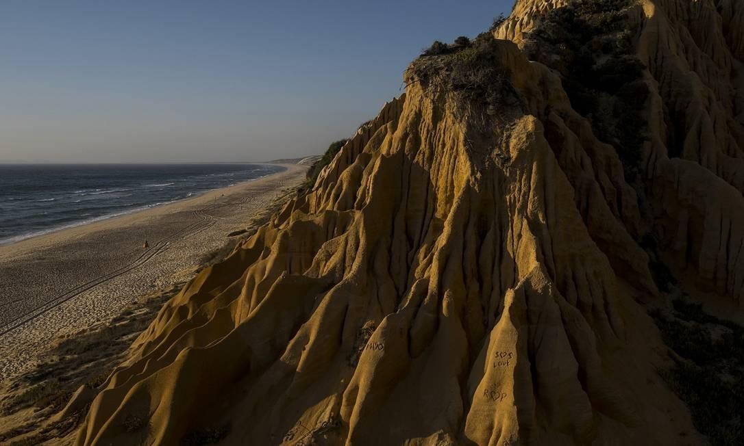 Praia de Fontainhas, no vilarejo de Melides, é outra faixa litorânea praticamente deserta da costa atlântica portuguesa Foto: Daniel Rodrigues / The New York Times