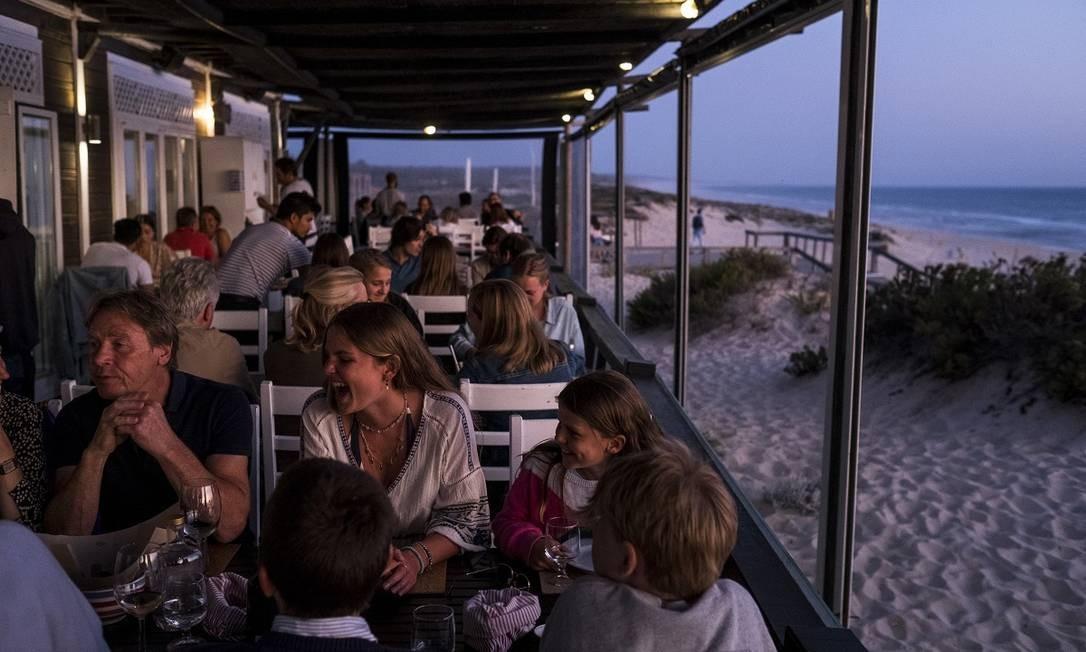 O restaurante pé-na-areia Sal, na Praia de Pego, na cidade alentejana de Comporta Foto: Daniel Rodrigues / The New York Times
