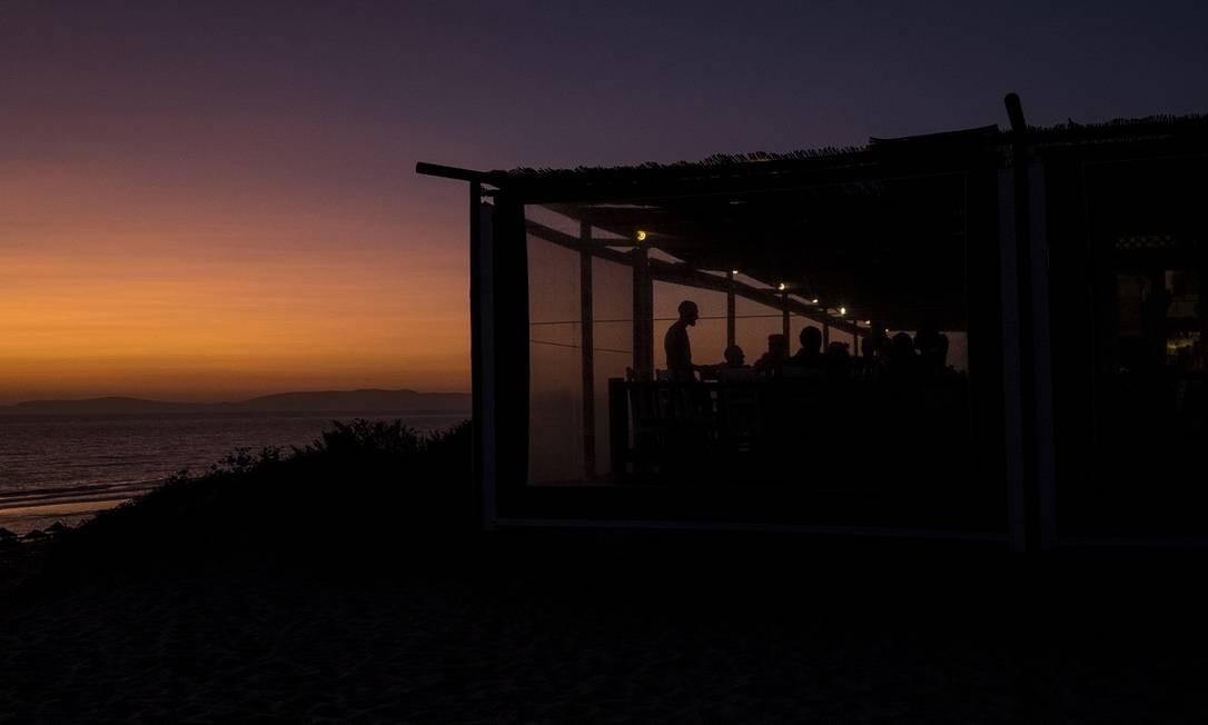 De frente para o Oceano Atlântico, o Sal de fato é um ótimo lugar para se apreciar o pôr do sol Foto: Daniel Rodrigues / The New York Times