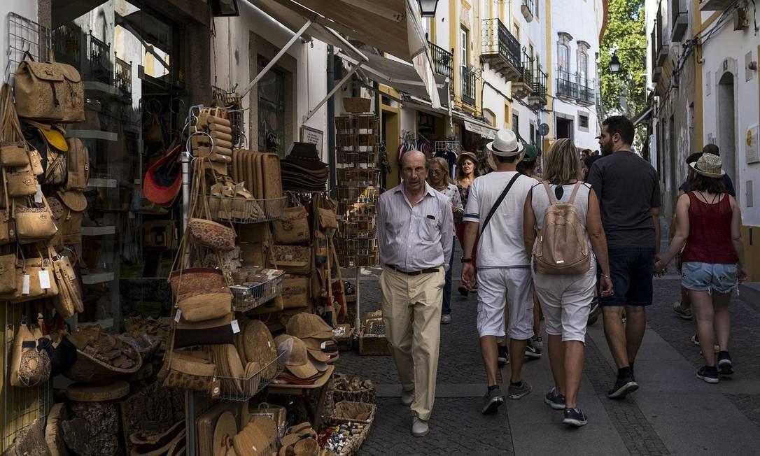 Uma rua comercial no caminho dos turistas em Évora, uma das principais cidades do Alentejo, e uma das mais antigas de Portugal Foto: Daniel Rodrigues / The New York Times