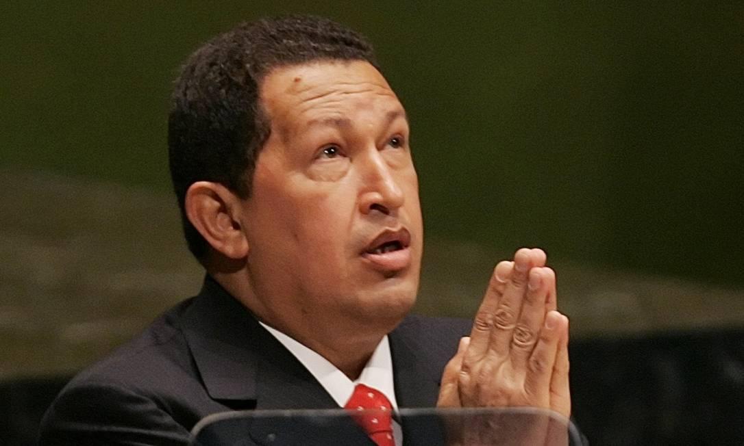 """Presidente venezuelano Hugo Chávez faz pose de oração na ONU, em 2006, após dizer que """"o diabo havia estado ali"""", em referência ao então presidente dos EUA, George W. Bush, que discursou na véspera Foto: Mike Segar / Reuters"""