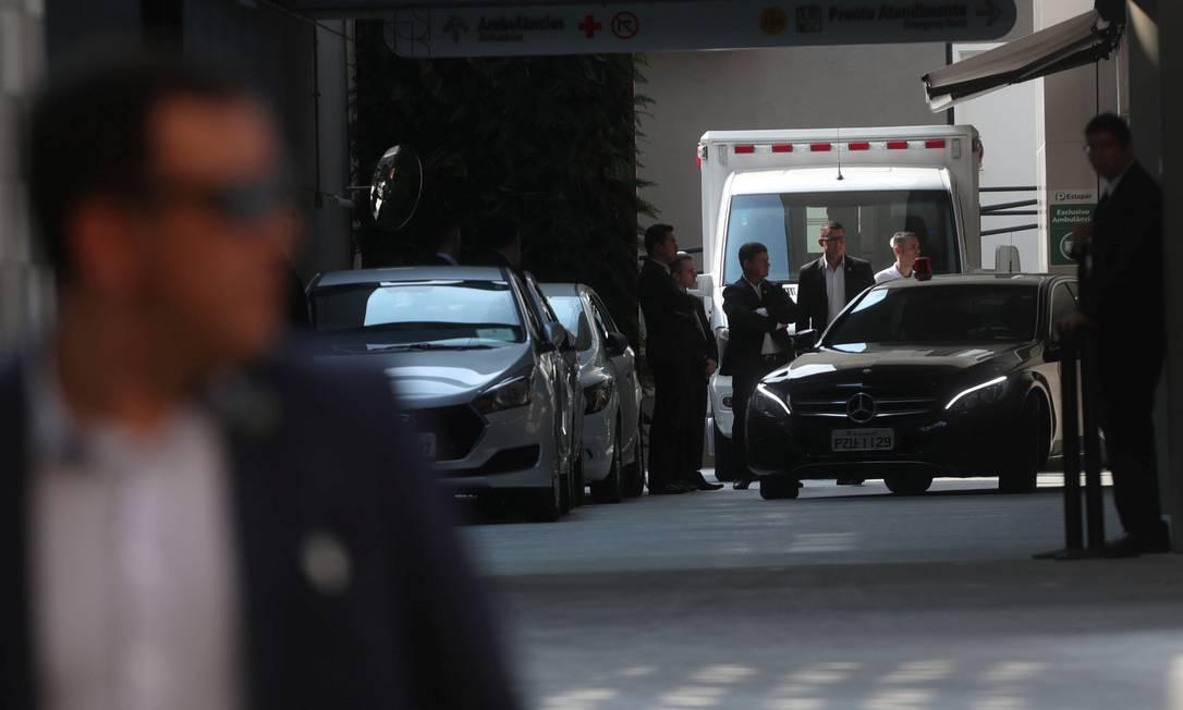 O presidente Jair Bolsonaro deixa o Hospital Vila Nova Star em São Paulo, após fazer a 4ª cirurgia desde que foi esfaqueado Foto: RAHEL PATRASSO / REUTERS