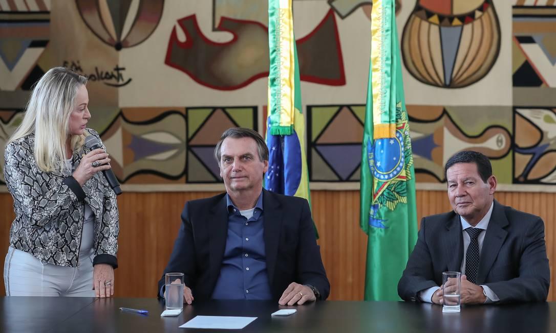 O presidente Jair Bolsonaro ao lado do vice-presidentes Hamilton Mourão durante a solenidade de sanção da Lei 3715/19, que altera o estatuto do desarmamento Foto: Marcos Corrêa/PR / PR