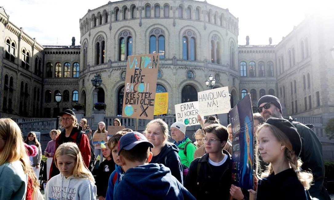"""Na Noruega, jovens participam da greve escolar """"Sexta-feira para o Futuro"""" em frente ao parlamento, em Oslo Foto: BERIT ROALD / AFP"""