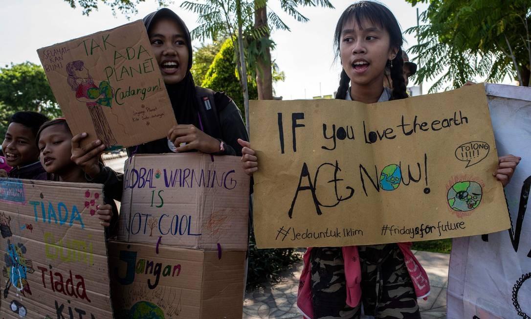 Um grupo de indonésios participa da campanha global contra as de mudanças climáticas em Surabaya, Indonésia. Atendendo ao grito de guerra da ativista adolescente Greta Thunberg Foto: JUNI KRISWANTO / AFP