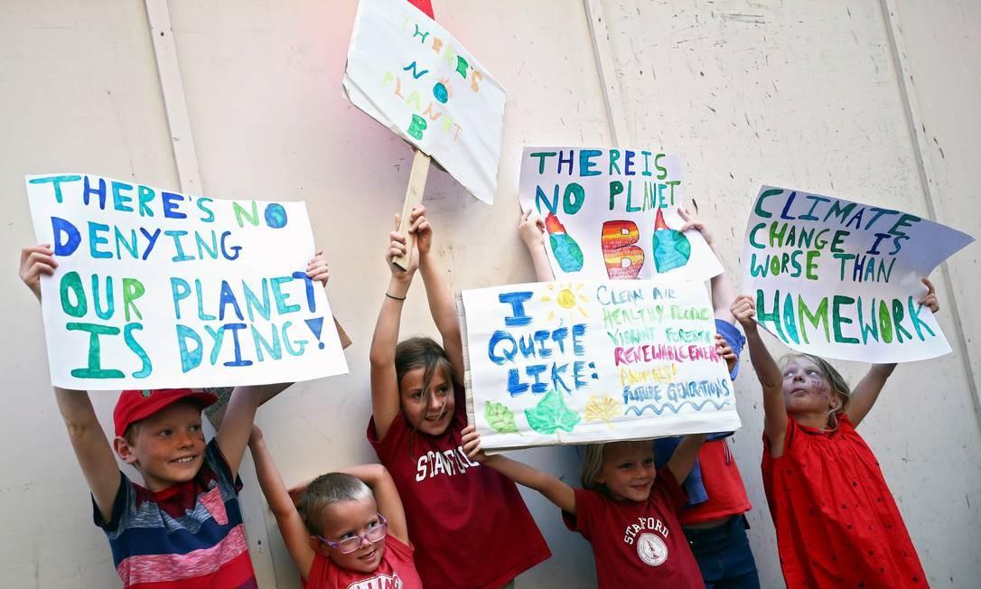 Em Londres, crianças seguram cartazes enquanto assistem a uma manifestação de mudança climática em Londres, Grã-Bretanha. A reunião da Cúpula das Nações Unidas sobre Mudança do Clima, em Nova York, é no dia 23 Foto: HANNAH MCKAY / REUTERS