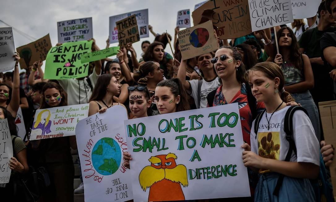 As mensagens com pedidos de proteção ao meio ambiente, no protesto em Atenas, Grécia Foto: ANGELOS TZORTZINIS / AFP