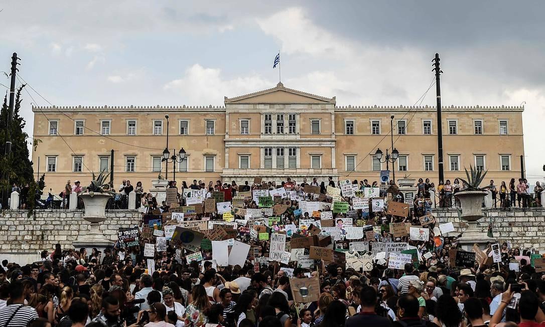 Em Atenas, manifestação em Atenas, Grécia, em frente ao parlamento Foto: ANGELOS TZORTZINIS / AFP