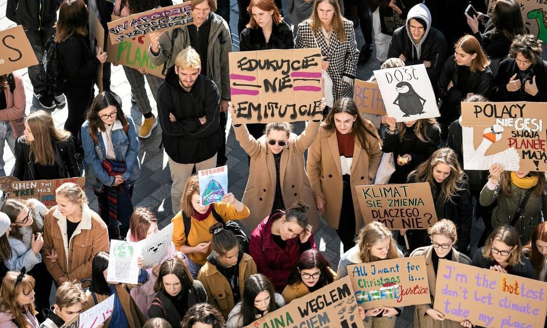 Manifestantes pedem ações que impeçam as mudanças climática, em Lublin, Polônia Foto: AGENCJA GAZETA / VIA REUTERS
