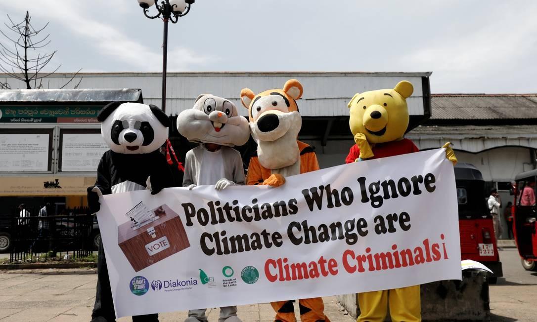 Em Colombo no Sri Lanka, manifestantes vestiram fantasias de animais para protestar contra as mudanças climáticas Foto: Dinuka Liyanawatte / REUTERS