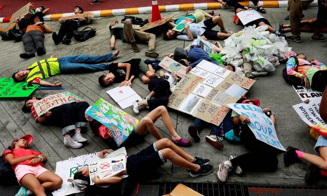 Ativistas ambientais simulam o morte das florestas perto do Ministério de Recursos Naturais e Meio Ambiente em Bangcoc, Tailândia Foto: Soe Zeya Tun / REUTERS/