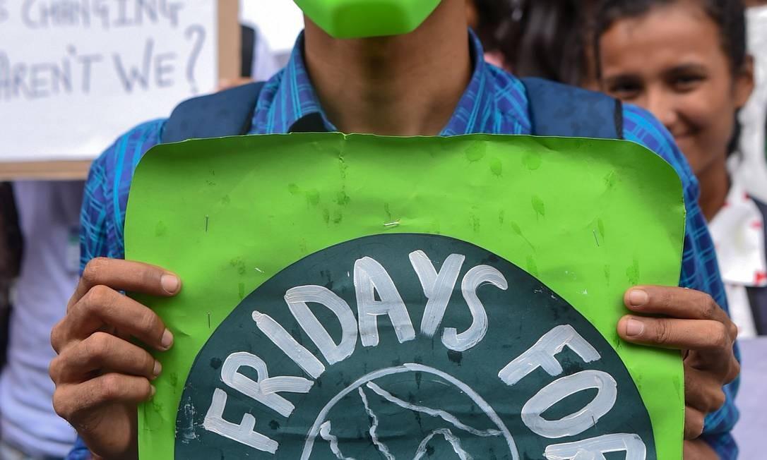 Um homem de máscara participa da 'Sexta-feira para o Futuro' contra a inação dos governos para impedir a poluição ambiental em Mumbai, Índia Foto: INDRANIL MUKHERJEE / AFP