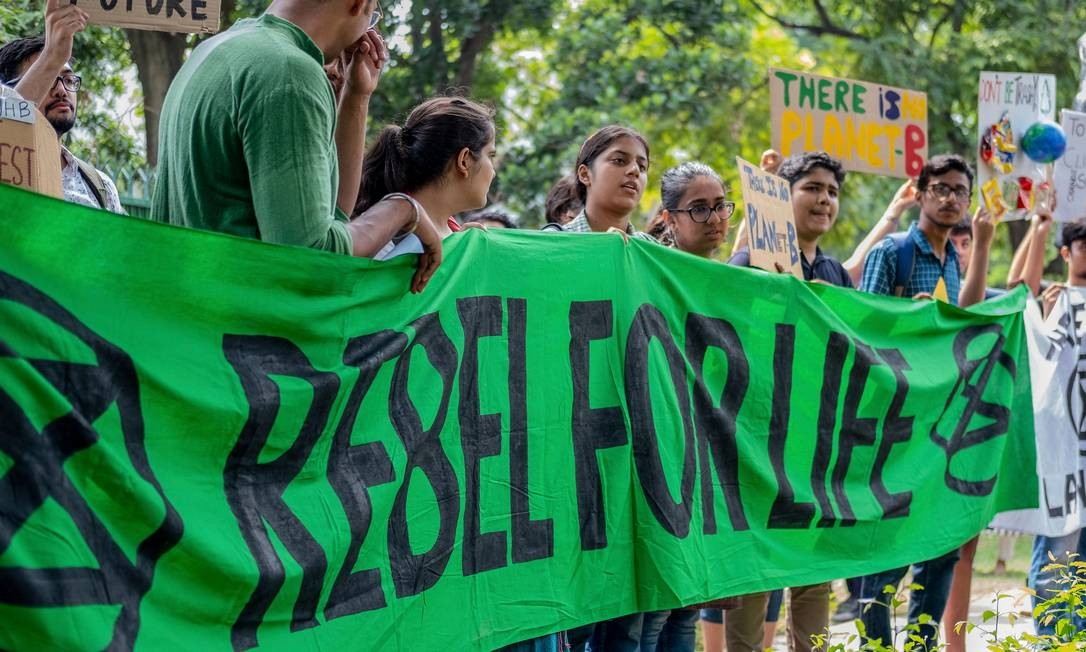 """O protesto contra as alterações climáticas provocadas pelo homem """"sextas-feiras para o futuro"""", em Nova Délhi, Índia Foto: LAURENE BECQUART / AFP"""