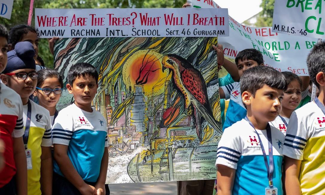 As crianças participam do protesto em apoio ao grito de guerra da estudante Greta Thunberg contra as mudanças climáticas, em Nova Délhi, Índia Foto: LAURENE BECQUART / AFP