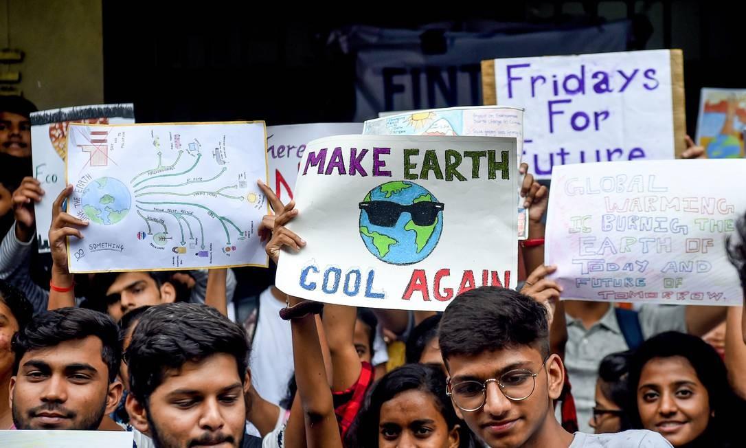 Estudantes universitários seguram cartazes enquanto participam de uma greve climática na 'Sextas-feiras para o Futuro' para protestar contra a inação dos governos contra a poluição ambiental, em Mumbai, Índia Foto: INDRANIL MUKHERJEE / AFP