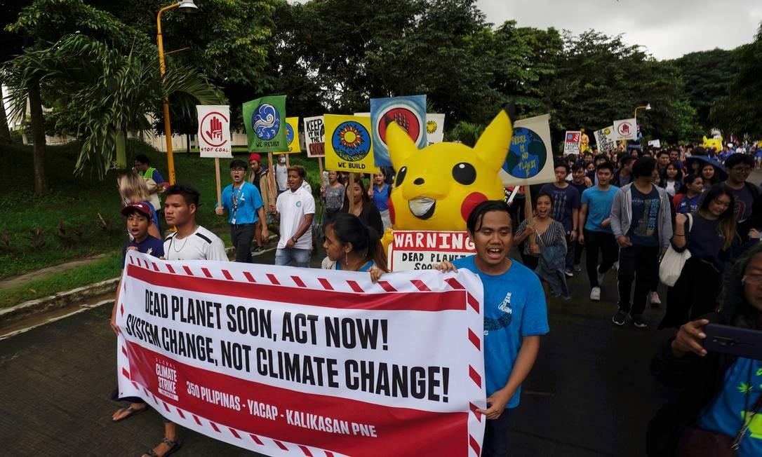 Estudantes e ativistas ambientais no protesto contra as mudanças climática, em Manila, Filipinas Foto: PETER BLAZA / REUTERS