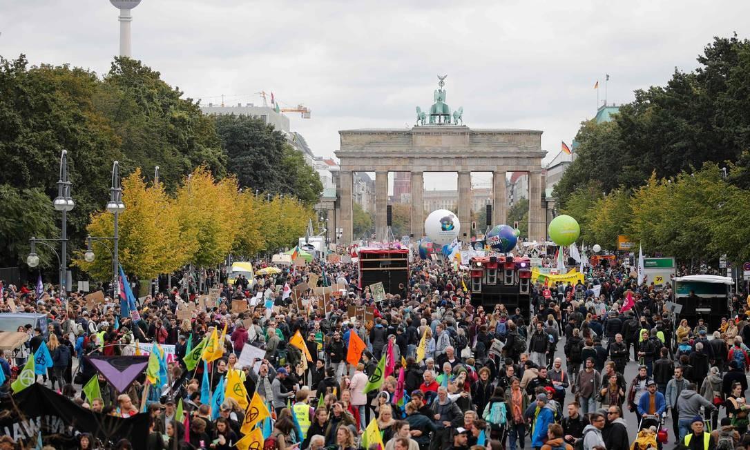 O protesto em frente ao Portão de Brandemburgo, em Berlim, Alemanha. As manifestações precedem a reunião da Cúpula das Nações Unidas sobre Mudança do Clima, em Nova York Foto: AXEL SCHMIDT / AFP