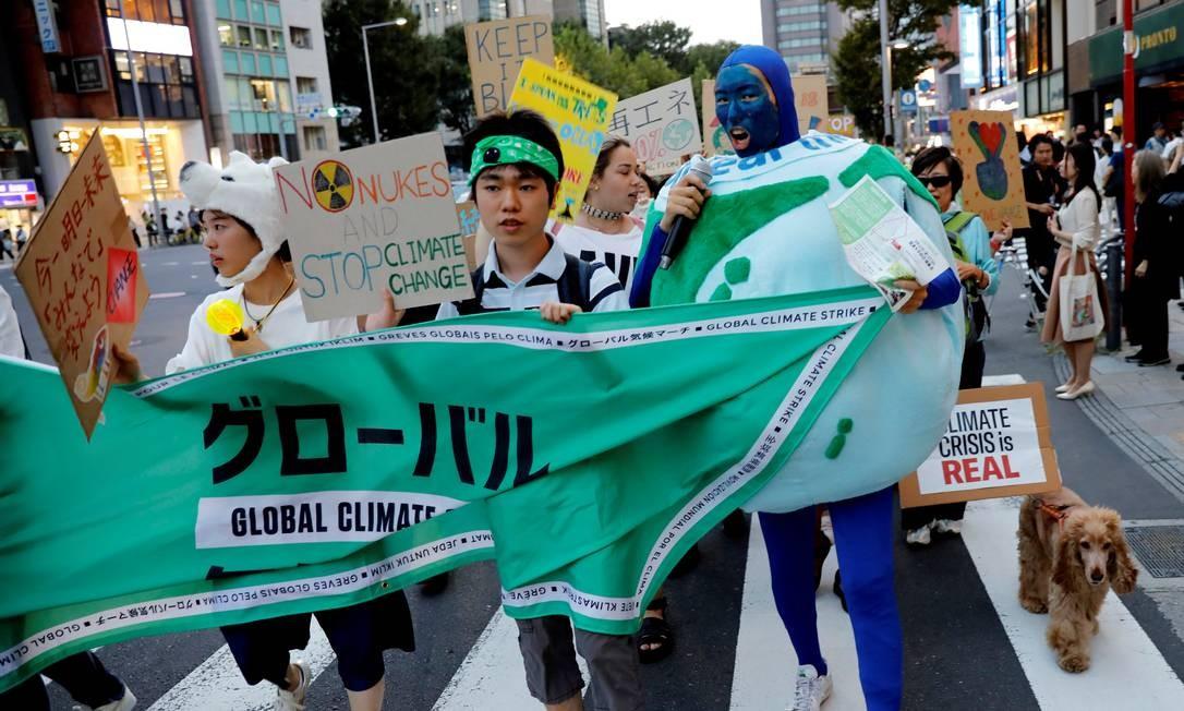Ativistas ambientais em Tóquio, Japão, participam do protesto contras as mudanças climáticas Foto: KIM KYUNG-HOON / REUTERS