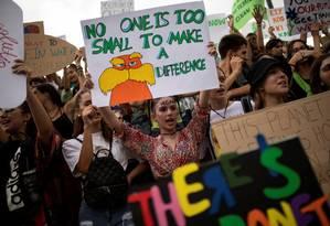 Estudantes e ativistas ambientais protestam em Atenas, na Grécia. Foto: ALKIS KONSTANTINIDIS / REUTERS