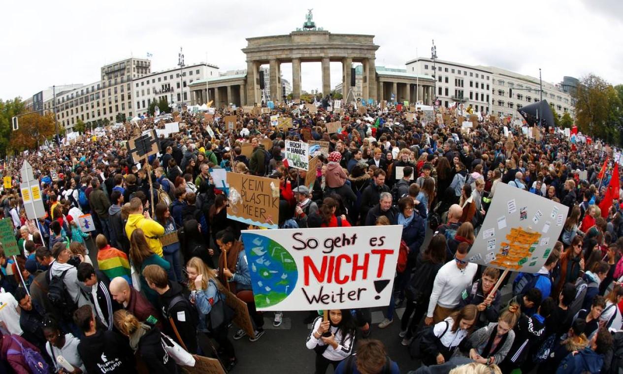 Jovens e ativistas protestam contra as mudanças climáticas em frente ao portão de Brandemburgo, em Berlim. Foto: FABRIZIO BENSCH / REUTERS