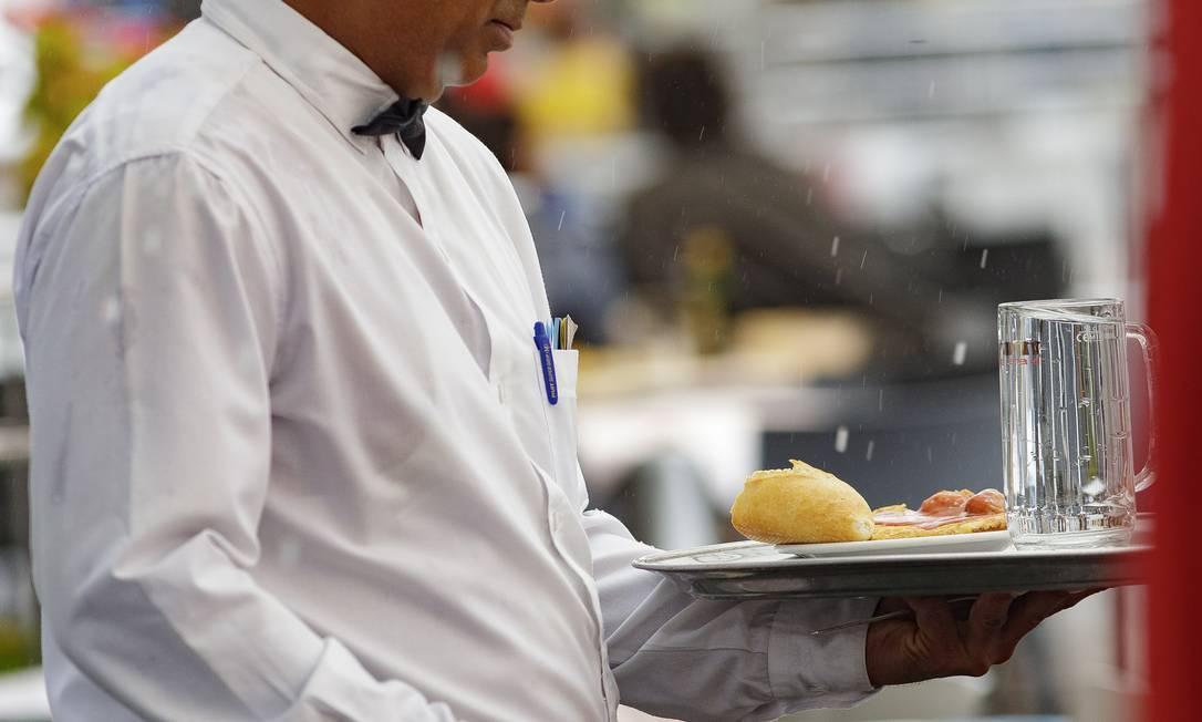 Garçom atende mesas em restaurante Foto: Europa Press News / Europa Press via Getty Images