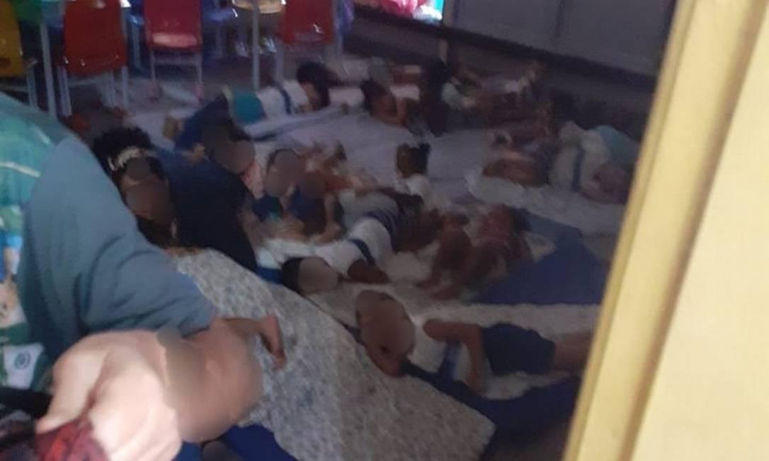 Crianças deitam em chão de creche durante tiroteio em Acari Foto: Reprodução Fala Akari