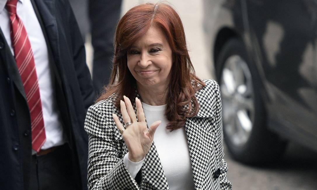 Ex-presidente da Argentina, Cristina Kirchner, antes de audiência em um tribunal de Buenos Aires, em maio. Julgamento do caso das propinas ao setor de construção só deve começar depois das eleições do mês que vem Foto: JUAN MABROMATA / AFP
