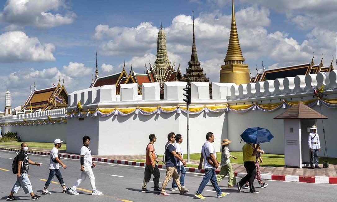 A grande maioria dos visitantes vai até lá para ver de perto as torres douradas dos palacetes e o Buda de Esmeralda, no templo de Wat Phra Kaew Foto: MLADEN ANTONOV / AFP