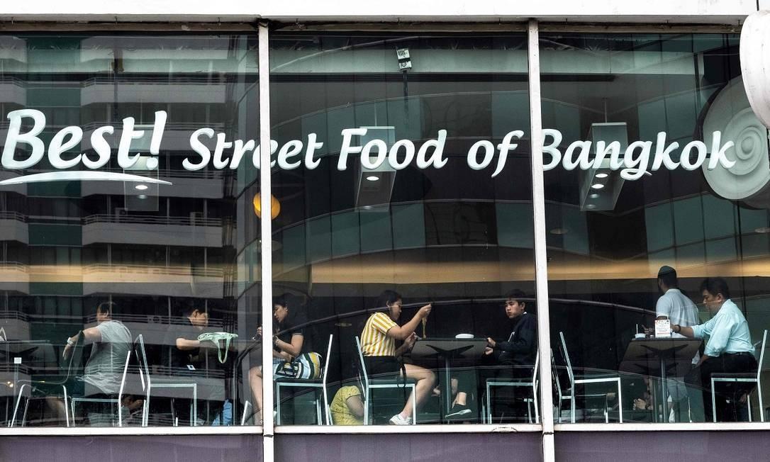 Ou a praça de alimentação deste shopping center, vende... comida de rua. Bangcoc é muito famosa por sua gastronomia popular Foto: MLADEN ANTONOV / AFP