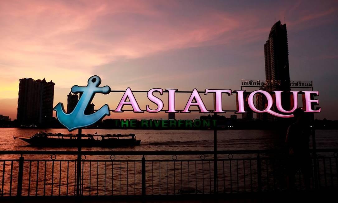 Um popular endereço na cidade é o mercado Asiatique, na beira do Rio Chao Phraya, que só funciona a partir do fim da tarde. Barcos turísticos levam os visitantes até o lugar, ótimo para apreciar o pôr do sol Foto: Soe Zeya Tun / Reuters
