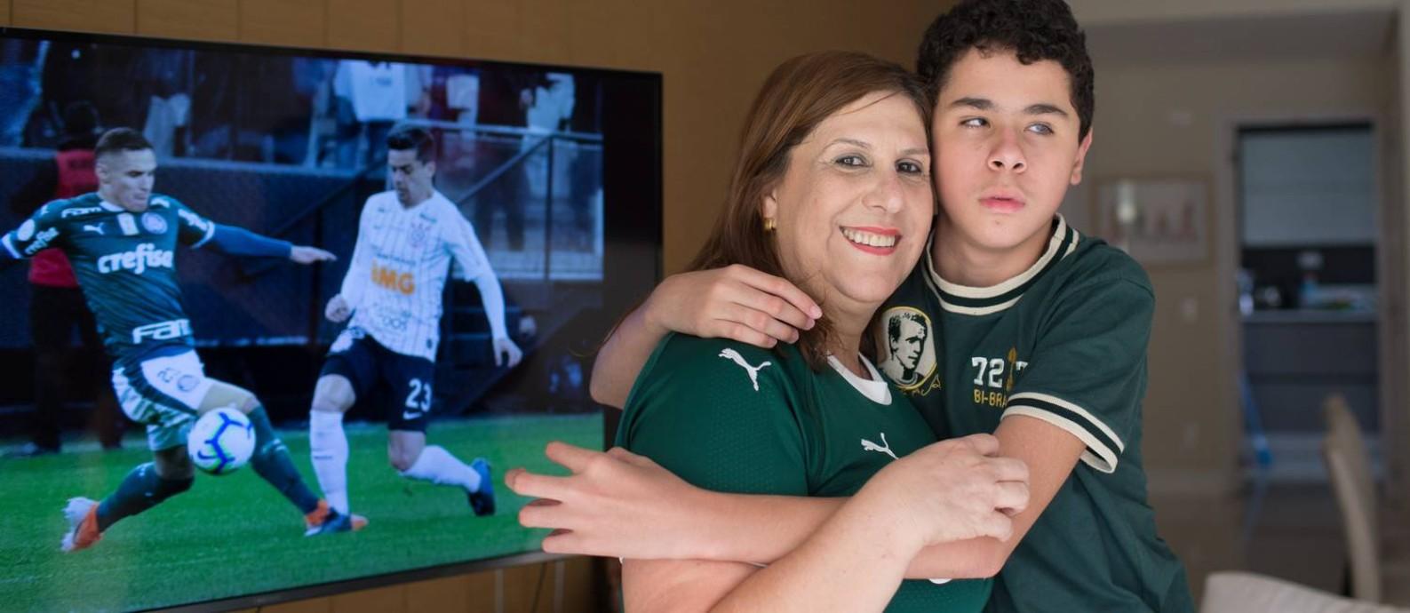 Silvia Grecco é abraçada pelo filho, Nickollas, de 12 anos Foto: Edilson Dantas