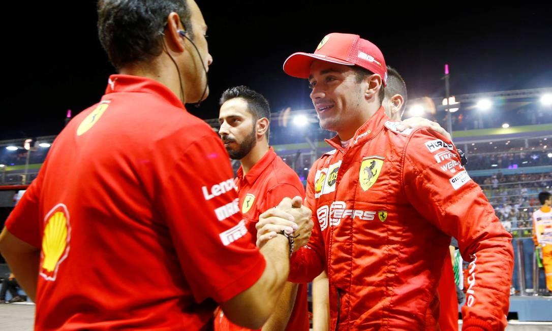 Leclerc comemora sua terceira pole seguida na temporada Foto: FELINE LIM / REUTERS