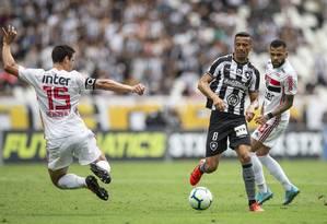 Com gol nos acréscimos, São Paulo bateu o Botafogo no Nilton Santos Foto: Alexandre Cassiano / Agência O Globo
