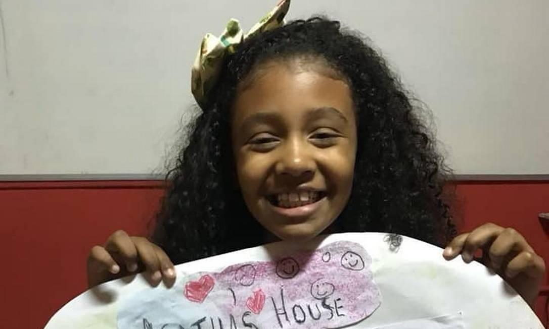 Agatha segurando um cartaz com desenhos de sua casa Foto: Reprodução