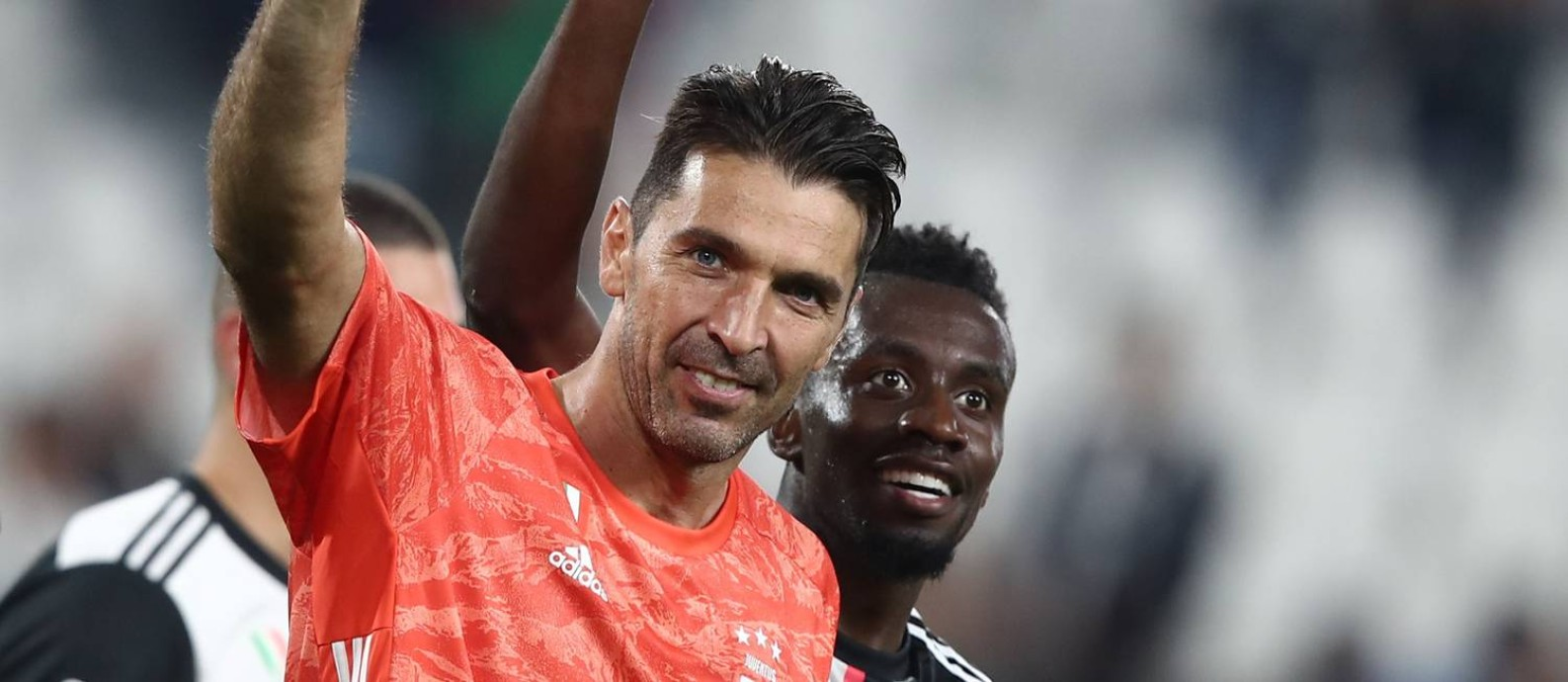 Juventus' Italian goalkeeper Gianluigi Buffon (L) and Juventus' French midfielder Blaise Matuidi celebrate at the end of the Italian Serie A football match Juventus vs Verona on September 21, 2019 at the Juventus stadium in Turin. (Photo by Isabella BONOTTO / AFP) Foto: ISABELLA BONOTTO / AFP
