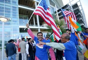 """Pessoas com bandeiras dos EUA e da Índia chegam para assistir ao comício""""Howdy, Modi"""", em Houston, Texas. Trump e o primeiro-ministro indiano, Narenda Modi, vão se encontrar neste domingo Foto: JONATHAN BACHMAN / REUTERS"""