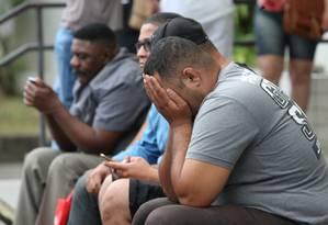 Tristeza: Elias César, tio de Ágatha, chora na porta do IML Foto: Pedro Teixeira / Agência O Globo