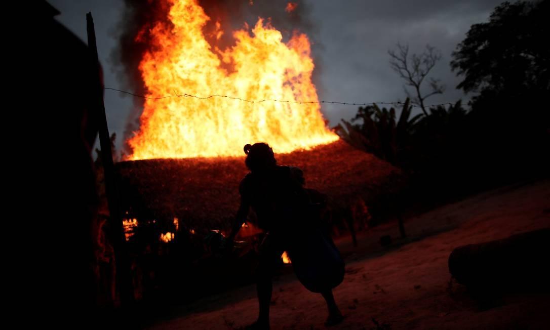 Índios destroem caminhão que estava sendo usdo apra transportar madeira retirada ilegalmente Foto: UESLEI MARCELINO / REUTERS