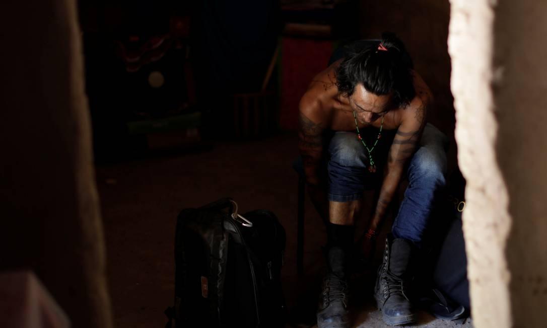"""Integrante do grupo """"guardião da floresta"""" se prepara para percorrer a mata em busca de madeireiros Foto: UESLEI MARCELINO / REUTERS"""
