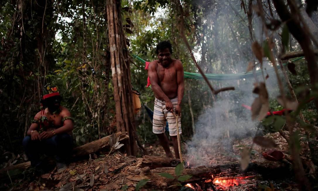 """Índios que fazem parte do """"guardião da floresta"""" acampados. Os guajajaras habitam onze terras indígenas situadas no estado do Maranhão Foto: UESLEI MARCELINO / REUTERS"""