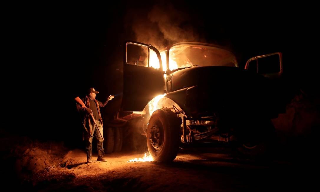 Índio Guajajara queima um caminhão usado por madeireiros ilegais e Arariboia, perto da cidade de Amarante, estado do Maranhão Foto: UESLEI MARCELINO / REUTERS