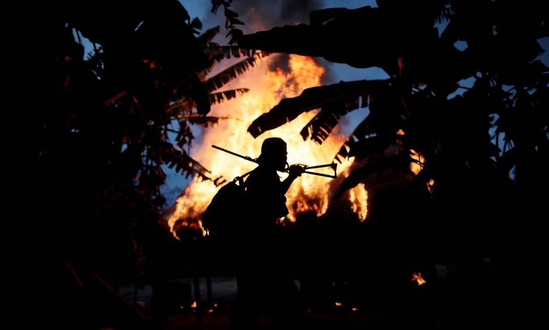 """Índios da etnia Guajajara se intitulam """"guardião da floresta"""". Cansados de esperar pelo poder público eles patrulham a floresta na terra indigena Arariboia, perto da cidade de Amarante, Maranhão. O grupo encontrou um acampamento de madeireiros e ateou fogo Foto: UESLEI MARCELINO / REUTERS"""