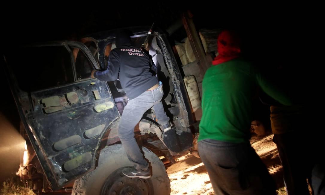 Índios Guajajara revistam o caminhão de um madeireiro Foto: UESLEI MARCELINO / REUTERS
