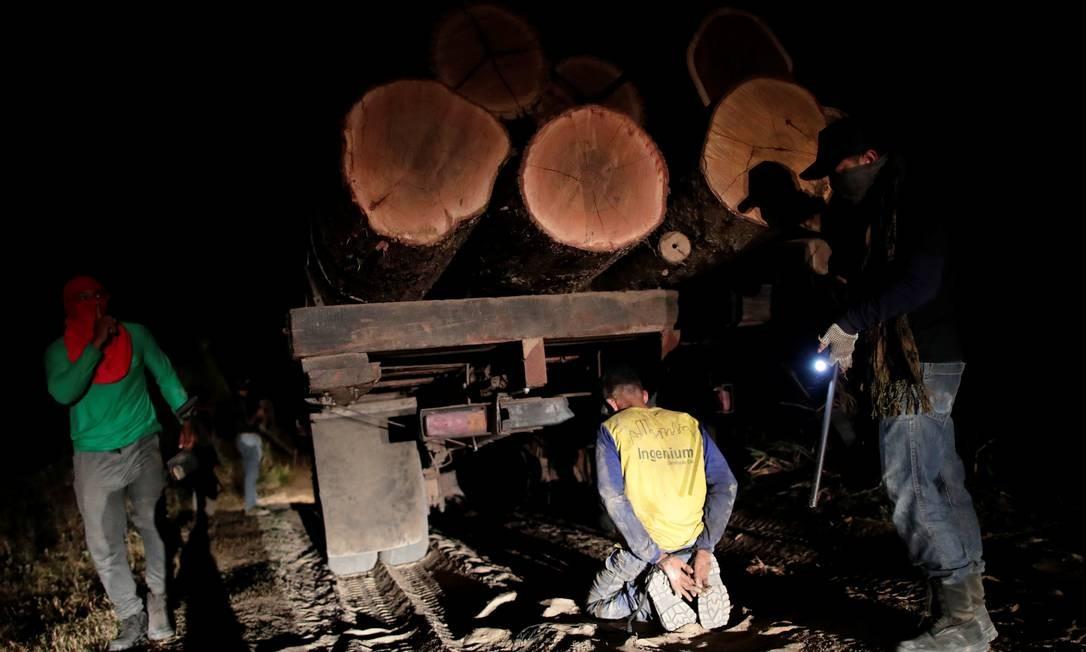 O grupo localizou madeireiros que derrubam e retiram ilegalmente as árvores, na terra Arariboia, perto da cidade de Amarante, estado do Maranhão Foto: UESLEI MARCELINO / REUTERS