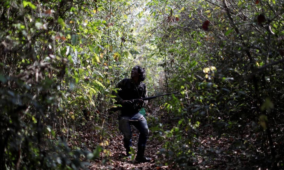 Um guardião patrulha a floresta. Os guajajaras, também conhecidos como tenetearas, são um dos povos indígenas mais numerosos atualmente no Brasil Foto: UESLEI MARCELINO / REUTERS