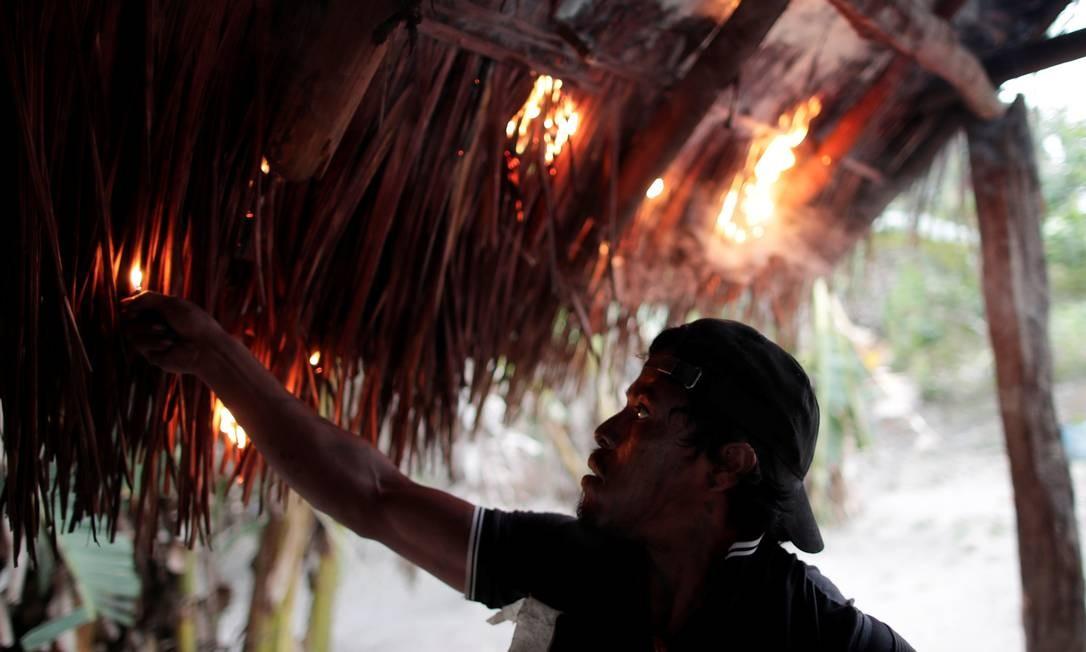 """Um """"guardião da floresta"""" ateia fogo em um acampamento ilegal de madeireiros em terras indígenas de Arariboia, perto da cidade de Amarante, estado do Maranhão Foto: UESLEI MARCELINO / REUTERS"""