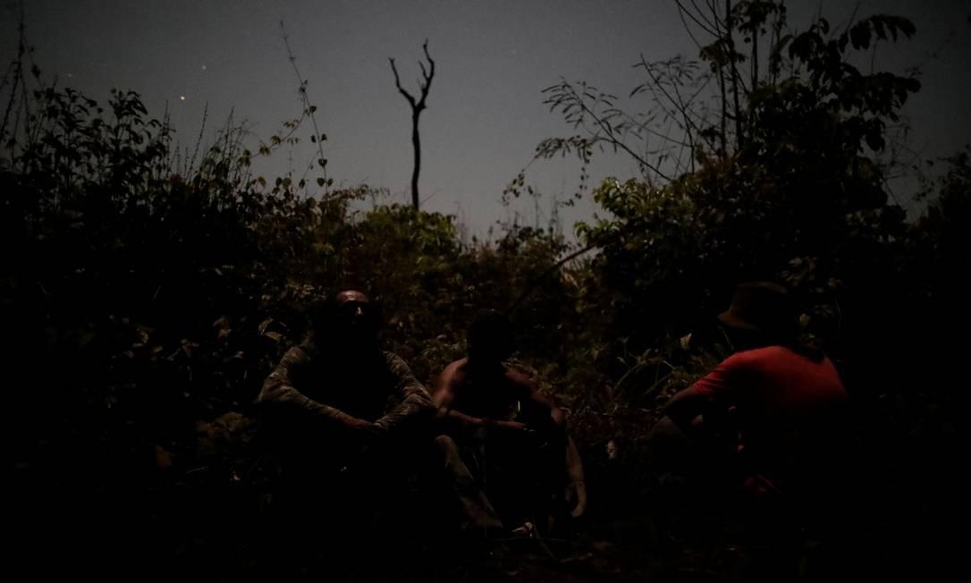 """Inrtegrantes do """"guardião da floresta"""" descansam durante busca nas terras indígenas Arariboia, perto da cidade de Amarante, estado do Maranhão Foto: UESLEI MARCELINO / REUTERS"""